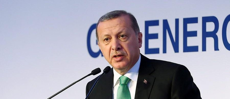 """Prokuratura w tureckim mieście Diyarbakir zażądała kary więzienia dla dwóch chłopców w wieku 12 i 13 lat za """"obrazę prezydenta"""" Recepa Tayyipa Erdogana. Chłopcy podarli jego plakaty."""