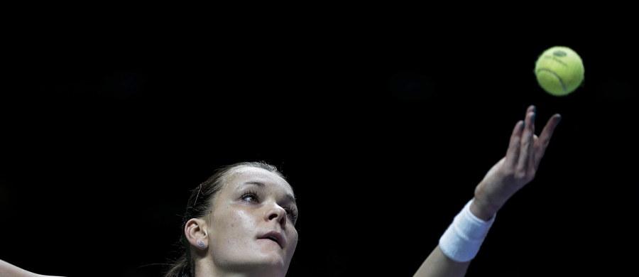 Agnieszka Radwańska zagra w półfinale kończącej tenisowy sezon imprezy WTA Finals. Krakowianka zawdzięcza to... Marii Szarapowej, która w ostatnim meczu grupy czerwonej pokonała Flavię Pennettę 7:5, 6:1.
