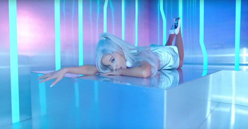 """Ariana Grande pochwaliła się nowym klipem do utworu """"Focus"""". Teledysk w trakcie doby zaliczył prawie 700 tysięcy wyświetleń."""