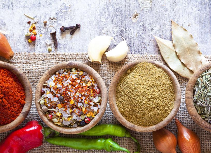 Suszenie jest jedną z najstarszych metod przedłużania trwałości żywności do dziś z powodzeniem wykorzystywaną przez producentów przypraw i produktów w proszku. W torebkach, które trafiają na sklepowe półki, znajdują się chociażby suszone warzywa i zioła zestawione w odpowiednich proporcjach, tworzące wyjątkowe kompozycje smakowe. Dzięki odpowiednim metodom przetwórstwa udaje się zachować większość składników odżywczych.