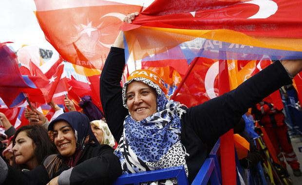"""Stabilizacja, czy wyznaniowy rozłam kraju? W niedzielę Turcy decydują o przyszłości swojego kraju. W rozmowie z RMF FM analitycy mówią o kilku możliwych rozwiązaniach. Od 13 lat rządzącą partią w kraju jest AKP – konserwatywno-islamistyczna Partia Sprawiedliwości i Rozwoju. Sondaże dają jej ponad 40 procent poparcia. W czerwcowych wyborach - ugrupowanie - utraciło większość absolutną, czyli 276 mandatów w liczącym 550 miejsc parlamencie (zdobyło wtedy 258 mandatów). AKP wyrosła z odłamu zakazanej islamistycznej Partii Cnoty. Postrzegana jest jako partia prozachodnia. Ale w sprawie wejścia Turcji do Unii – Zachód Europy jest ostrożny. Niemcy i Francja proponują Turkom tylko """"uprzywilejowane partnerstwo"""". I to mimo, że konstytucyjnie Turcja jest bezwyznaniowa. Z Adamem Balcerem, ekspertem do spraw tureckich z Centrum Strategii Europejskiej Demos Europa – o wyborach rozmawia reporter RMF FM Romuald Kłosowski."""