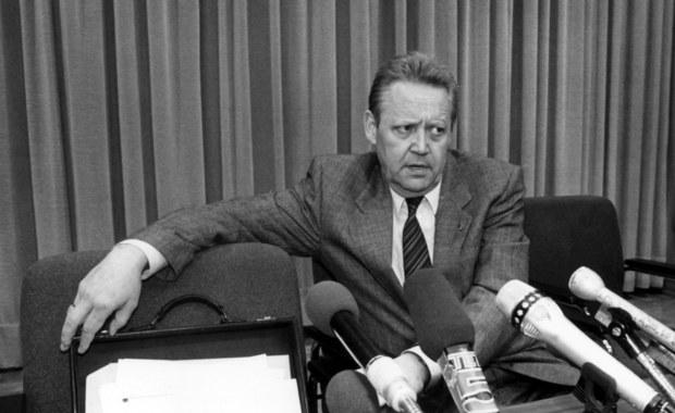 Nie żyje Guenter Schabowski - były członek władz partyjnych NRD, który 9 listopada 1989 roku swoją nieprzemyślaną wypowiedzią doprowadził do upadku muru berlińskiego. 86-letni były działacz SED zmarł w domu opieki w Berlinie. Informację podała agencja dpa, powołując się na wdowę po polityku.