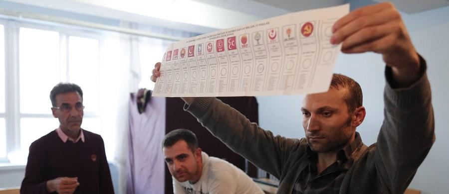 Wbrew większości sondaży i analiz rządząca od 2002 r. w Turcji konserwatywno-islamistyczna Partia Sprawiedliwości i Rozwoju (AKP) zdecydowanie wygrała niedzielne wybory parlamentarne, odzyskując absolutną większość - wynika po przeliczeniu 98,8 proc. głosów. Według nieoficjalnych wciąż rezultatów, które najpewniej już się nie zmienią, AKP otrzymała 49,4 proc. głosów, co przekłada się na 316 mandatów w liczącym 550 miejsc parlamencie.
