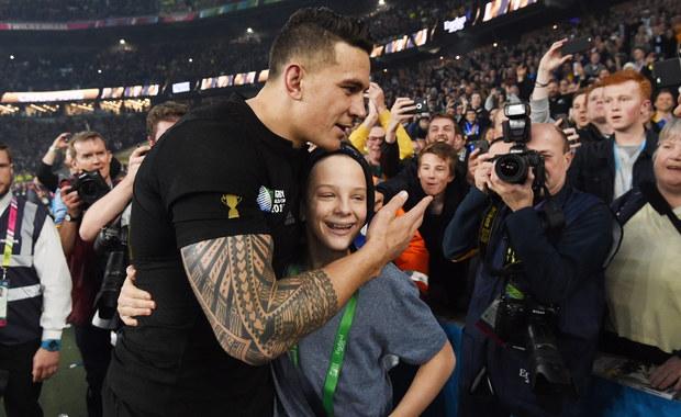 Piękny gest wykonał wobec kibica nowozelandzki rugbista Bill Williams. W czasie fety po zwycięstwie ekipy All Blacks w finale Pucharu Świata na murawę wbiegł młody fan drużyny. Na chłopca rzucił się jeden z ochroniarzy. Wtedy do akcji wkroczył Williams - najpierw odprowadził chłopaka na trybuny, a na pożegnanie… oddał mu swój medal! Zobaczcie film.