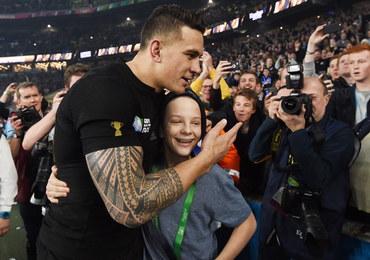 PŚ w rugby: Ochroniarz przewrócił młodego kibica, świeżo upieczony mistrz oddał mu medal! [FILM]