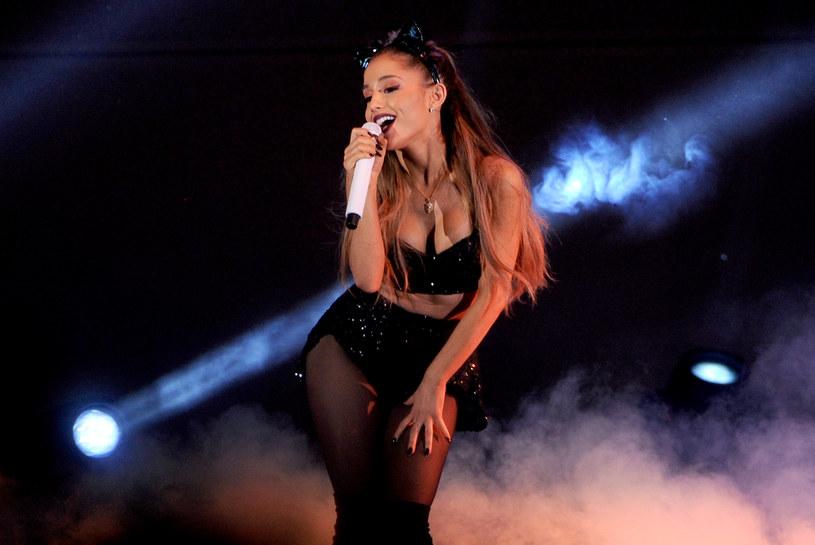 Ariana Grande chyba nie spodziewała się takiego obrotu spraw podczas jej występu w Kalifornii. Jeden z fanów rzucił w wokalistkę telefonem komórkowym.
