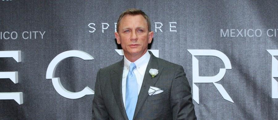 James Bond to superbohater na każde czasy, który staje często sam przeciwko całemu światu; filmy o nim są popularne na całym świecie także dzięki atrakcyjnej otoczce, w tym charyzmie i urodzie bohaterów – mówi autor książki o superszpiegu Michał Grzesiek.