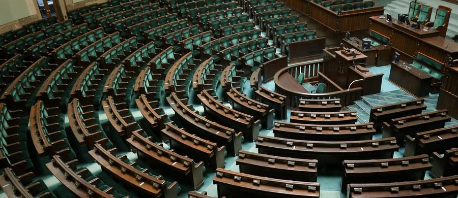 """""""Nowoczesna będzie miała swojego wicemarszałka. PSL? Uważamy, że prezydium Sejmu nie powinno być tak bardzo liczne"""" - mówi w Kontrwywiadzie RMF FM szef klubu parlamentarnego PiS Mariusz Błaszczak w odpowiedzi na pytania słuchaczy. """"Najbardziej prawdopodobny skład jest 6-osobowy i dziś taki jest. Zawsze było tak, że ci, którzy rządzą, mają przewagę w Sejmie, bo w przeciwnym razie opozycja by ich przegłosowywała"""" - komentuje Błaszczak. Dodaje, że """"każdy kub parlamentarny będzie miał swojego przedstawiciela w Konwencje Seniorów""""."""