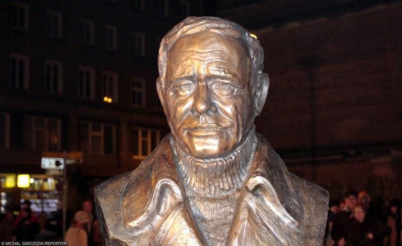 Miłośnicy twórczości Romana Wilhelmiego uczczą we wtorek pamięć zmarłego 24 lata temu poznańskiego aktora. Symboliczne spotkanie przed pomnikiem artysty będzie zwieńczeniem trwających od czerwca w Poznaniu wydarzeń poświęconych Wilhelmiemu.