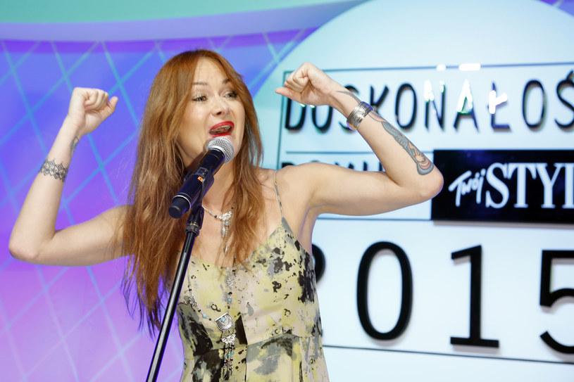 """""""Czy da się kochać?"""" - takie pytanie stawia Ania Rusowicz w swoim najnowszym singlu. Piosenka oraz ilustrujący ją teledysk są tajemnicze i niejednoznaczne. Rusowicz śpiewa o beznadziejnej miłości, która nigdy nie będzie spełniona."""