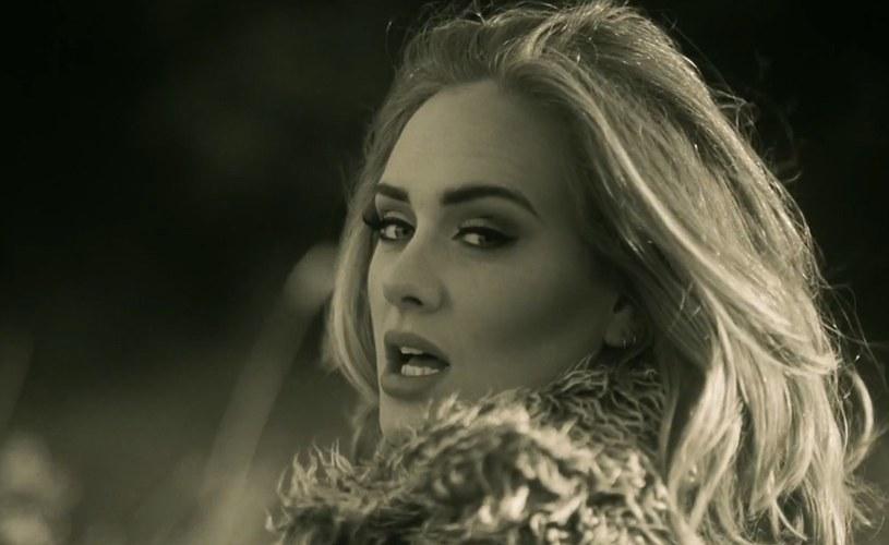"""Twittera zalała fala komentarzy, w których użytkownicy sugerują, że nowy przebój Adele """"Hello"""" jest niebezpiecznie podobny do utworu Toma Waitsa """"Martha""""."""