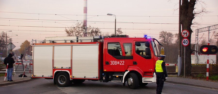 Koparka uszkodziła rurę z gazem przy skrzyżowaniu ulic Chełmżyńskiej i Strażackiej w Warszawie. Z pobliskiego budynku ewakuowano ponad 20 osób.
