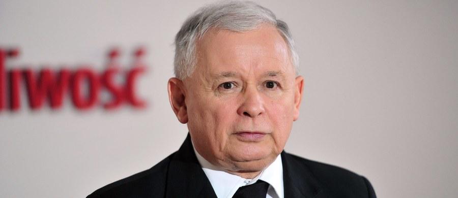 """Środowy """"Fakt"""" pisze o kulisach formowania rządu Prawa i Sprawiedliwości. """"Nikt nie ma wątpliwości, ze to prezes Jarosław Kaczyński """"mebluje"""" jej gabinet Beaty Szydło. A zanim to zrobi – nieustająco testuje lojalność potencjalnych szefów resortów"""" – zauważa tabloid."""