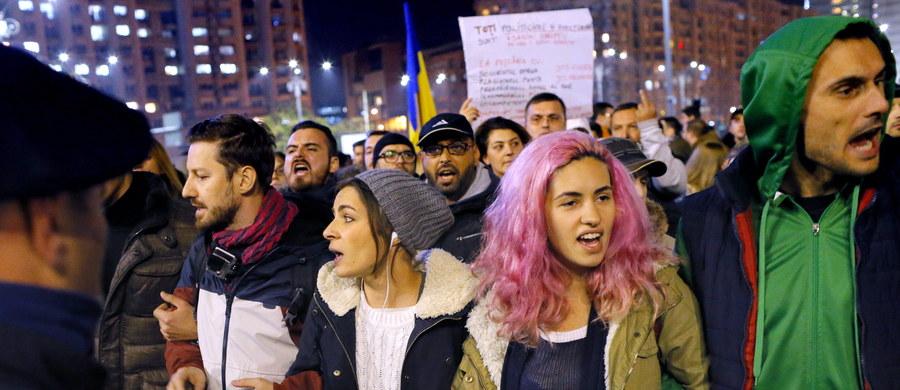 Ponad 20 tys. osób demonstrowało przed siedzibą rumuńskiego rządu w Bukareszcie. Domagali się dymisji premiera i szefa MSW po tragicznym pożarze w klubie, w którym zginęły 32 osoby.