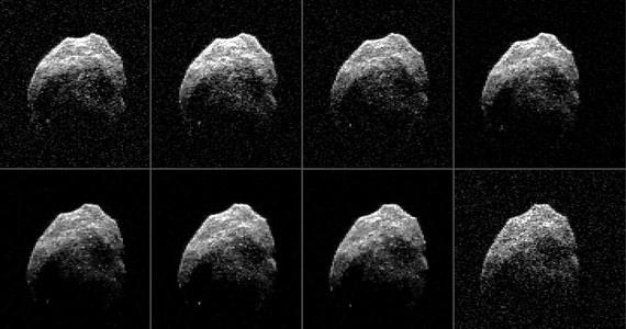 """NASA publikuje dokładniejsze obrazy planetoidy 2015 TB145, która w sobotę przemknęła w pobliżu Ziemi. Kosmiczna skała, nazwana ze względu na datę przelotu """"Asteroidą Halloween"""" ma kulisty kształt i średnicę około 600 metrów. W sobotę po południu znalazła się około 480 tysięcy kilometrów od Ziemi. Obserwacje z pomocą naziemnych radarów pokazują nieznane wcześniej szczegóły jej powierzchni."""