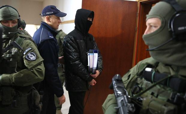Starcie świadków koronnych w procesie oskarżonych o zabójstwo byłego szefa policji Marka Papały. Przed sądem w Warszawie zeznaje świadek koronny Robert P. W śledztwie prowadzonym przez łódzką prokuraturę obciążył  on winą za zbrodnie Igora M. pseudonim Patyk. On również jest świadkiem koronnym, ale w innej sprawie.