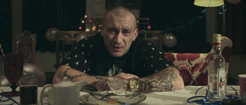 """Zaraz przed premierą albumu """"Sobota"""" (6 listopada) raper podzielił się z fanami kolejnym teledyskiem. Tym razem obraz stworzono do utworu """"Przepraszam""""."""