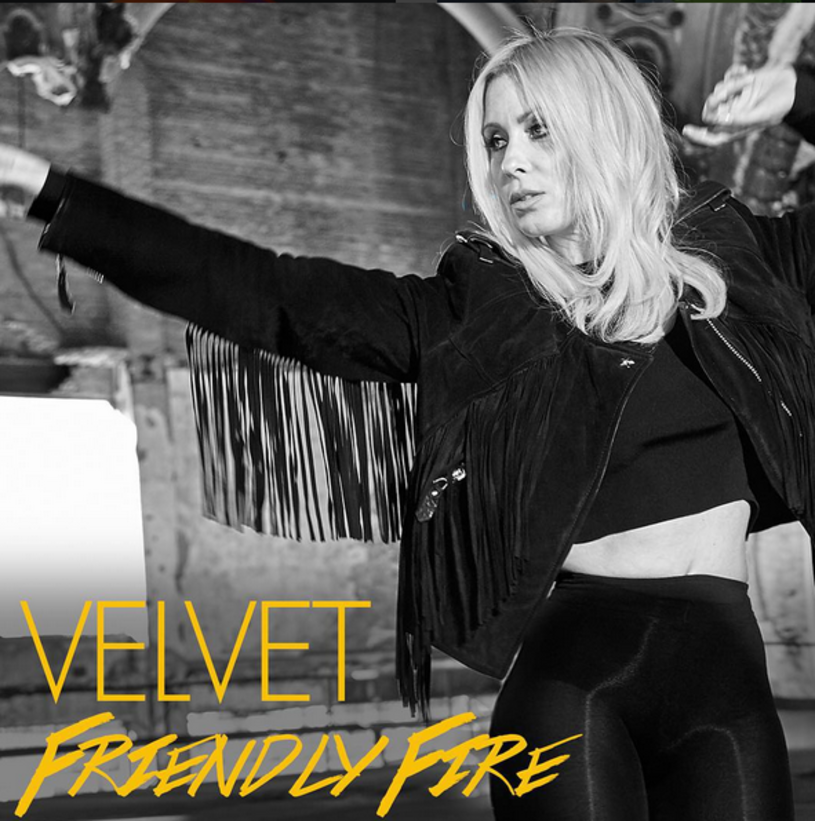 """""""Friendly Fire"""" to utwór, którym Velvet próbuje wrócić na scenę - wszystko na to jednak wskazuje, że popularnej niegdyś w Polsce szwedzkiej wokalistce i tancerce nie uda się wygrzebać z niebytu."""