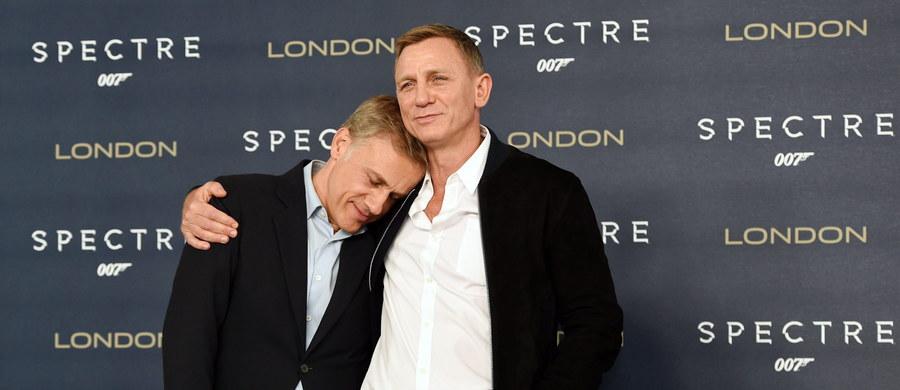 """Od premiery najnowszego epizodu przygód agenta 007 minął zaledwie dzień, ale ja w tym czasie zdążyłem zobaczyć """"Spectre"""" już dwa razy. Po pierwsze - jak na prawdziwego miłośnika angielskiego szpiega przystało - dla przyjemności, po drugie - """"służbowo"""". Od trzech lat mam w swoim repertuarze szkoleniowym wykład pt. """"Wpadki arbitra elegancji, czyli o gafach, które popełniał James Bond"""". Naturalnie, z przymrużeniem oka... Nie będę owijać w bawełnę: drugi raz poszedłem do kina po to, żeby przyłapać Bonda na kolejnych faux pas i towarzyskich niezręcznościach."""