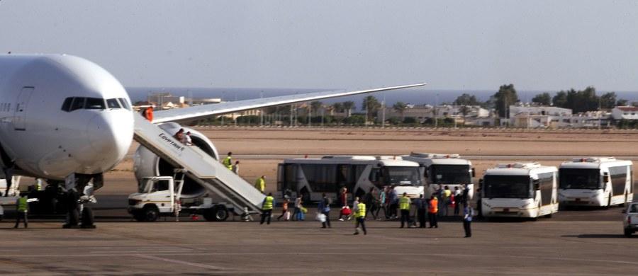 Rosja rozpoczęła operację wywozu z Egiptu ok. 80 tysięcy swych obywateli, którzy utknęli w tym kraju, gdy zawieszono wszystkie połączenia  lotnicze między Rosją a Egiptem. Zawieszenie lotów zalecił w piątek rosyjski Narodowy Komitetu Antyterrorystyczny (NAK).