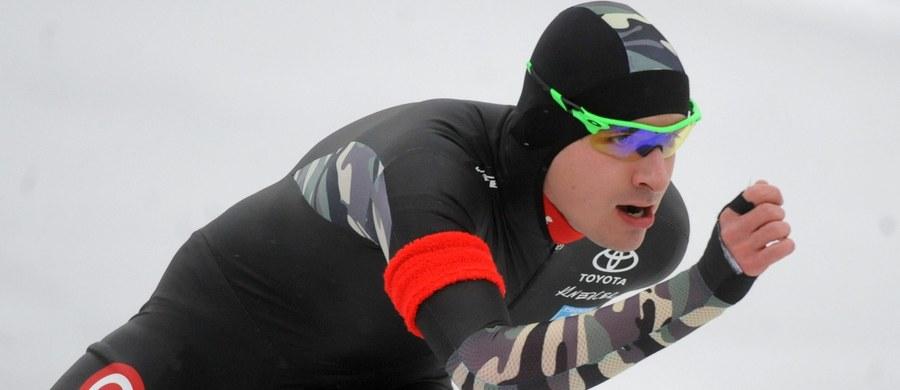 Łyżwiarz szybki Jan Szymański czasem 3.39,79 ustanowił podczas zawodów w Calgary rekord Polski na 3000 m. Poprawił tym samym o 1,32 ubiegłoroczny wynik Konrada Niedźwiedzkiego.