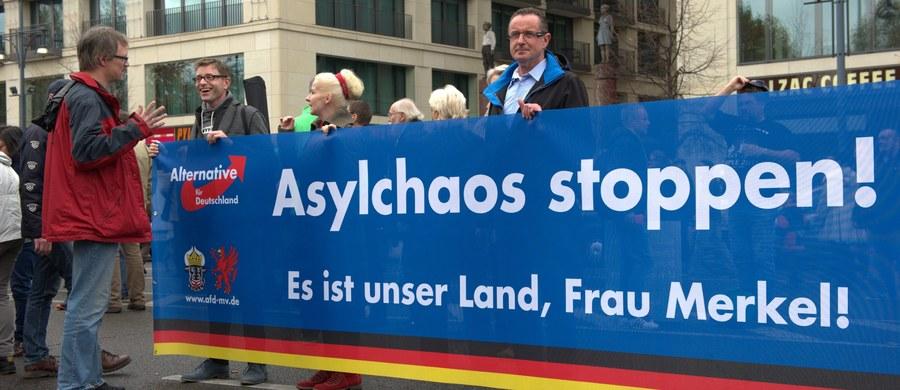 """Poparcie dla Alternatywy dla Niemiec (AfD) - prawicowo-populistycznej partii, która krytykuje liberalną politykę migracyjną rządu Angeli Merkel - wzrosło do 9 proc. - podał """"Bild dam Sonntag"""". W byłej NRD chce na nią głosować aż 14 proc. wyborców."""