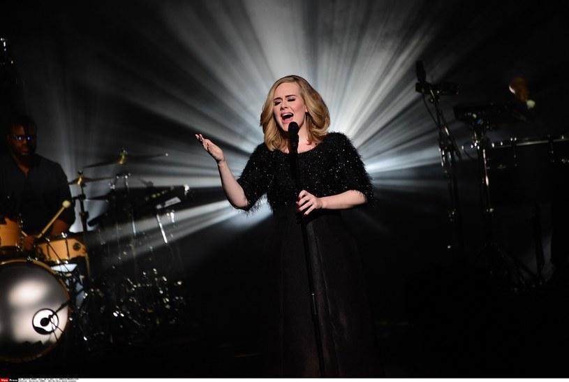 Brytyjska gwiazda w specjalnym programie BBC po raz pierwszy zaprezentowała na żywo swój najnowszy singel. Przyznała się również, że miała skłonność do pisania na Twitterze po alkoholu.