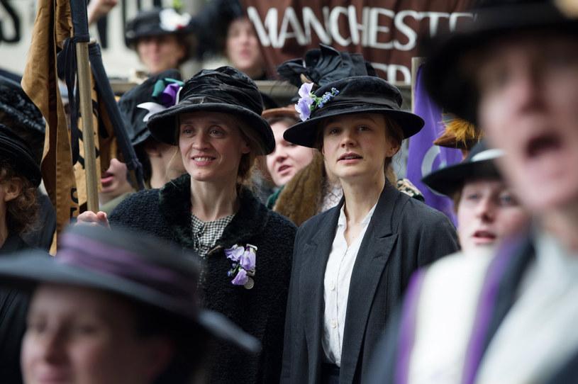 """Nie ma mowy tylko o pokojowych marszach, kotylionach i eleganckich sukniach. Walka o prawa wyborcze kobiet w Wielkiej Brytanii to był wyraz społecznego buntu przeciwko patriarchatowi. Na kłamstwa władz reagowano agresją, którą kobiety z różnych klas społecznych tłumiły przez wieki. W """"Sufrażystce"""" Sarah Gavron obserwujemy w jaki sposób konstytuował się jeden z najważniejszych ruchów oporu w historii. Sufrażystki w Wielkiej Brytanii i w innych krajach walczyły z wrogiem w czasach pokoju, ale ich walka była równie niebezpieczna i wielokrotnie wymagała ofiar."""