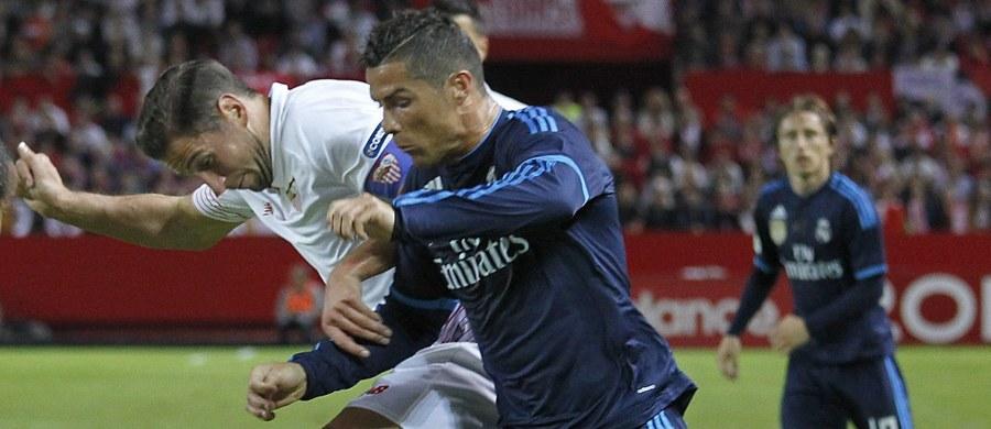 Cristiano Ronaldo w centrum uwagi po niedzielnym meczu Realu Madryt z Sevillą. Bynajmniej nie z powodu wyczynów sportowych - wręcz przeciwnie. W pewnym momencie Portugalczyk wykonał ruch ręką, jakby chciał uderzyć Grzegorza Krychowiaka. Zobaczcie i oceńcie sami!