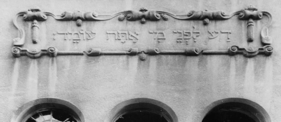 Szczecinianie uczcili 77. rocznicę Kryształowej Nocy. W pogromie ludności żydowskiej w Niemczech, do którego doszło z 9 na 10 listopada 1938 roku,  spalono kilkaset synagog na terenie Niemiec, zbezczeszczono cmentarze żydowskie oraz kilka tysięcy sklepów i mieszkań żydowskich. Zginęło blisko stu Żydów, a ponad 20 tysięcy wkrótce zostało osadzonych w obozach koncentracyjnych.