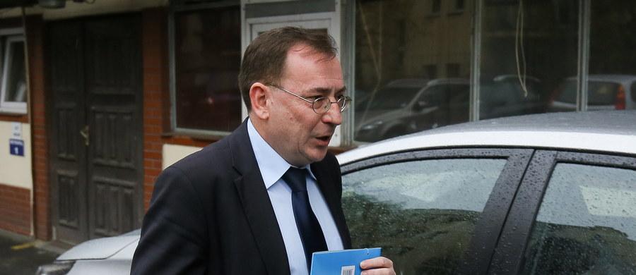"""""""To wyborcy dali mi mandat do pełnienia funkcji publicznych. Mój wyrok jest nieprawomocny. Odwołałem się i nie widzę powodów, by to blokowało objęcie przeze mnie stanowiska"""" - tak mówi Mariusz Kamiński, wskazany przez Beatę Szydło na ministra koordynatora służb specjalnych. Były szef Centralnego Biura Antykorupcyjnego jest skazany na 3 lata więzienia za przekroczenie uprawnień przy """"aferze gruntowej"""" w 2007 roku. Teraz przewiduje zmiany w służbach, choć jak mówi, to będzie rozłożona w czasie reforma, a nie rewolucja."""