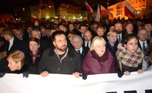 """""""Polska musi sama dojść do prawdy o Smoleńsku i jestem przekonany, że powstały warunki po temu, by do tego doszło"""" - powiedział szef PiS Jarosław Kaczyński przed Pałacem Prezydenckim. Zaznaczył, że """"czas na dalsze marsze"""", by doprowadzić do godnego upamiętnienia ofiar katastrofy."""