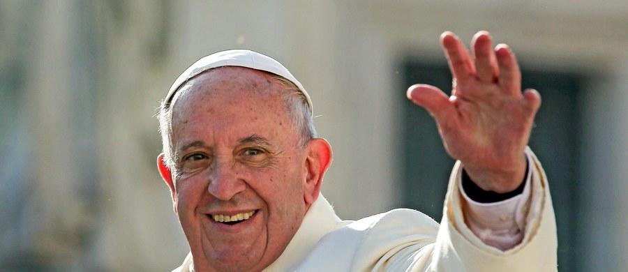 """""""Automatyczna rodzina""""- tak papież Franciszek nazwał po hiszpańsku podczas audiencji generalnej zwyczaj siadania do stołu z telefonami komórkowymi i oglądania telewizji w czasie wspólnych posiłków. """"Należy ze sobą rozmawiać"""" - powiedział wiernym."""