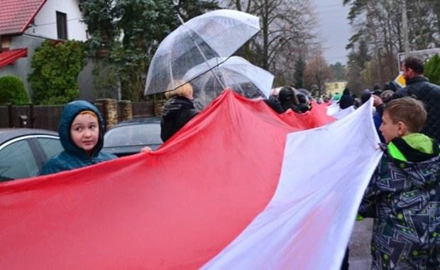 """11 listopada, w Narodowe Święto Niepodległości, zaprosiliśmy Was do wzięcia udziału w patriotycznej akcji RMF FM i Muzeum Józefa Piłsudskiego w Sulejówku. Tego dnia wszystkie drogi prowadziły do tego miasta. Nasi reporterzy z czterech stron Polski wyruszyli szlakami odzyskania niepodległości do Muzeum Józefa Piłsudskiego. Po drodze rozdawali ciasta """"Niepodległościówki"""". Udało się nam także pobić rekord w rozwinięciu najdłuższej flagi narodowej."""