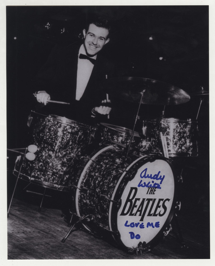 """Szkocki muzyk Andy White, który w 1962 roku akompaniował jako perkusista przy nagrywaniu przez rozpoczynających wtedy swoja karierę Beatlesów przeboju """"Love Me Do"""", zmarł w wieku 85 lat. Informację przekazała BBC powołując się rodzinę muzyka."""