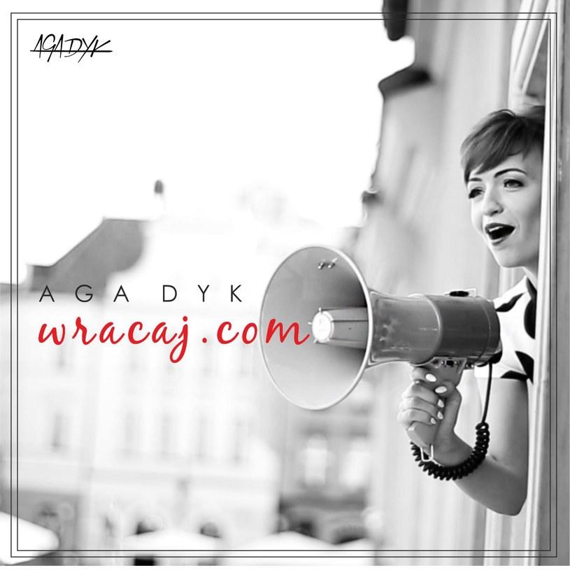 """""""Wracaj.com"""" to drugi - po """"Creme Brulee"""" - singel Agi Dyk, promujący jej planowany na początek 2016 roku solowy album wokalistki Brathanków. Płyta ma być utrzymana w klimacie retro, a traktować będzie o temacie aktualnym zawsze i pod każdą szerokością geograficzną - miłości i zawirowaniach na linii Wenus - Mars."""