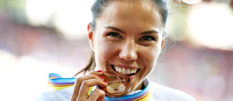 """""""Najlepiej byłoby, gdyby takie osoby były karane więzieniem, bo to jest zwykła kradzież"""" - mówi Joanna Jóźwik pytana o gigantyczny skandal dopingowy. Brązowa medalistka ME na 800 m, pierwsza Polka w finale MŚ na tym dystansie - ma prawo czuć się oszukana. IAAF zawiesiło Rosję, a Światowa Agencja Antydopingowa chce dożywotniej dyskwalifikacji dla Jekateriny Poistogowej, srebrnej medalistki HME. Biało-czerwona była w Pradze czwarta. """"Dotknęła mnie ta sytuacja, kiedy ktoś zabiera mi miejsce, stypendium, jakąś nagrodę. To jest bardzo przykre, ciężko się z tym pogodzić"""" - wyznaje. Nam opowiada, dlaczego - być może - boi się wygrywać, co ją wzrusza, gdzie widzi siebie za rok. Pytana o pieniądze nie ukrywa, że życie utytułowanego sportowca nie zawsze usłane jest różami: """"Byłam brązową medalistką mistrzostw Polski, a musiałam martwić się o to, czy wystarczy mi pieniędzy do końca miesiąca"""". Teraz - dzięki fantastycznym wynikom - może spokojnie przygotowywać się do igrzysk olimpijskich w Rio. Dużo się uśmiecha, bardzo chciałaby mieć psa. Zakładamy się! Jeżeli w Brazylii zdobędzie medal, dostanie szczeniaka."""