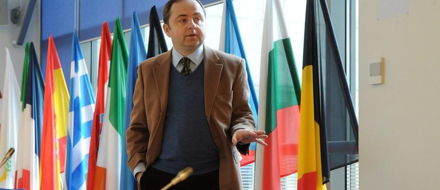 """""""Gdybym był już ministrem, a Beata Szydło byłaby na szczycie to Polska powiedziałaby nie uchodźcom"""" - mówi w Kontrwywiadzie RMF FM, w odpowiedzi na pytania słuchaczy, przyszły minister ds. europejskich Konrad Szymański. """"Powiedzielibyśmy, że trzeba zacząć od naszej odpowiedzialności za sytuację na bliskim wschodzie, polityki pomocowej, wejść w dialog z krajami, które są poza unią. Później trzeba zabezpieczyć zewnętrzne granice unii. Na końcu dopiero uznać swoją humanitarną odpowiedzialność za ludzi, którzy są naprawdę w potrzebie"""" - tłumaczy przyszły minister."""