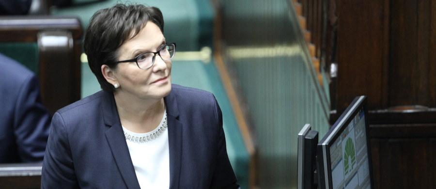 """""""Będziemy opozycją, która nie przegapi żadnego kłamstwa. Na pewno nie uda wam się zniszczyć polskiej demokracji po cichu"""" - mówiła w Sejmie premier Ewa Kopacz. Zapewniła, że jeśli nowa władza wyprowadzi Polskę z Zachodu na Wschód, PO będzie miała gotową mapę powrotu do normalności. Przemówienie byłej już premier wywołało oburzenie w Sejmie. Do jej słów odniósł się również prezydent Andrzej Duda. """"Myślę, że każdy sam umie to ocenić"""" - powiedział."""