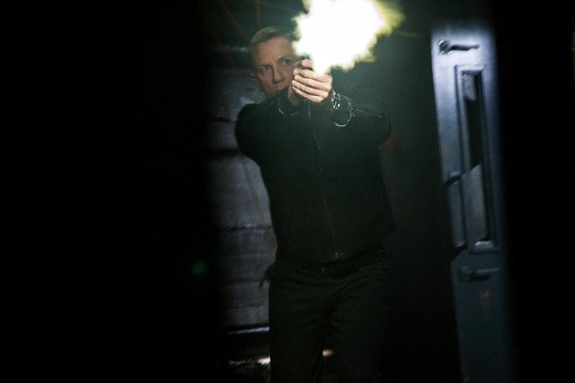 """Ponad 900 tys. widzów, w ciągu zaledwie tygodnia, obejrzało w Polsce """"Spectre"""", najnowszą historię o agencie 007. To wynik rekordowy - żaden inny film o Bondzie spośród wszystkich pokazywanych w polskich kinach na przestrzeni lat nie zgromadził takiej publiczności."""
