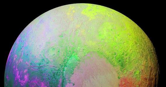 NASA opublikowała najnowsze zdjęcie Plutona, tym razem w kolorach, które - jak sami naukowcy agencji uznają - są nieco psychodeliczne. Obraz został zarejestrowany z pomocą zainstalowanej na pokładzie sondy New Horizons kamery Ralph/MVIC, 14 lipca bieżącego roku, w chwili, gdy sonda znajdowała się około 35 tysięcy kilometrów od planety karłowatej. Nie ma jednak wiele wspólnego z rzeczywistymi barwami powierzchni, poddano go bowiem specjalnej cyfrowej obróbce.