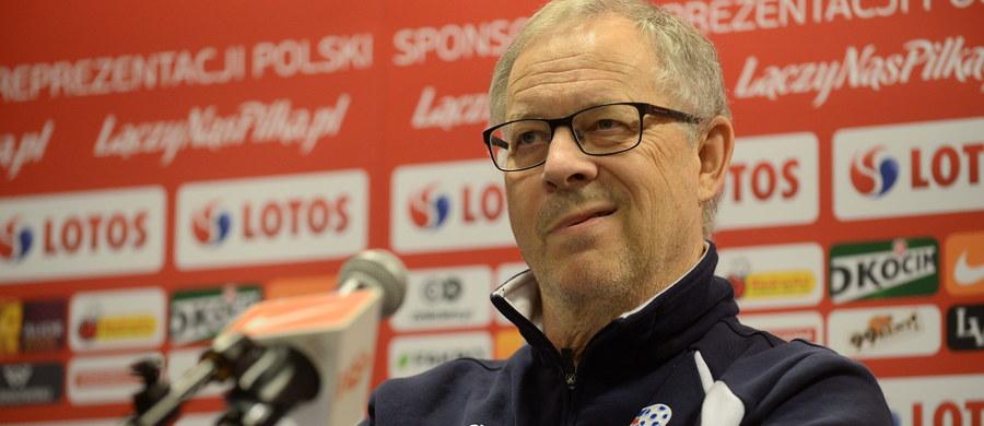 """""""Obejrzałem kilka ostatnich meczów Polski i zauważyłem, że wszyscy ciężko pracują, są agresywni w defensywie i - jak ja to nazywam - 'zadają dużo pytań' podczas ataków"""" - stwierdził Lars Lagerbaeck, selekcjoner piłkarskiej reprezentacji Islandii, która wieczorem zmierzy się z biało-czerwonymi na Stadionie Narodowym w Warszawie. Szkoleniowiec przyznał również, że nie jest typem trenera, który musi wszystko kontrolować: """"Wolę zaufać innym i przerzucić na nich część odpowiedzialności"""". Opowiedział również o pracy i życiu w Islandii."""