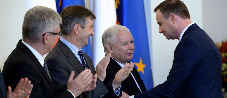 Jest pan wielkim politykiem i strategiem – z takimi słowy prezydent Andrzej Duda zwrócił się do prezesa PiS Jarosława Kaczyńskiego podczas uroczystości desygnowania Beaty Szydło. Trzeba być wielkim człowiekiem i patriotą, żeby mimo oczywistych ambicji, oddać pałeczkę władzy bliskim współpracownikom - dodał.