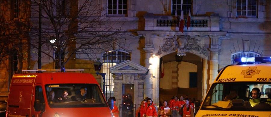 """""""Wojna w sercu Paryża"""" - brzmi tytuł artykułu w paryskim dzienniku """"Le Figaro"""" komentujący wczorajsze zamachy terrorystyczne. Francuska prasa dziś rano gwałtownie reaguje na tragedię, w której zginęło co najmniej 128 osób, a ponad 200 zostało rannych."""