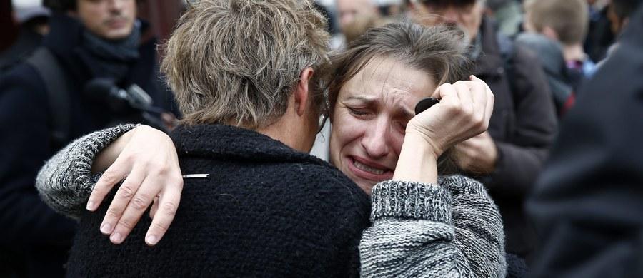 """""""Łączymy się z rodzinami ofiar zamachów terrorystycznych w Paryżu, łączymy się z narodem francuskim"""" - powiedziała desygnowana na urząd premiera wiceprezes PiS Beata Szydło. Zapewniła, że jako premier zrobi wszystko, by Polacy byli bezpieczni. Szydło złożyła w sobotę kwiaty w kolorach białym, czerwonym i niebieskim oraz zapaliła znicz przed konsulatem generalnym Francji w Krakowie dla uczczenia ofiar zamachów terrorystycznych we Francji. Przeszłej premier towarzyszyli parlamentarzyści PiS z Krakowa."""
