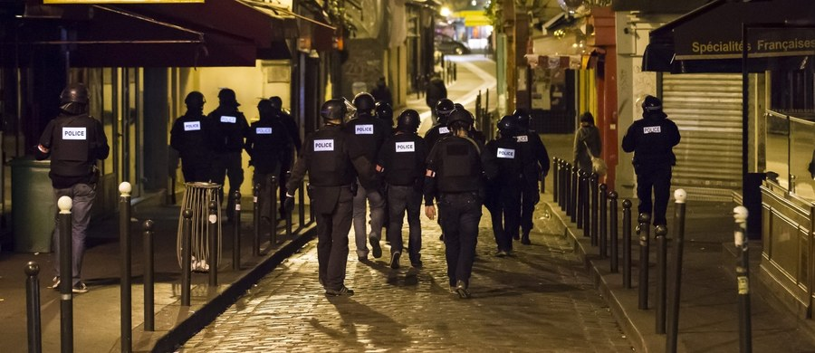 Przy ciele jednego z zamachowców samobójców, który przeprowadził atak bombowy niedaleko stadionu Stade de France, znaleziono syryjski paszport - poinformowała agencja Associated Press, powołując się na anonimowe źródła we francuskiej policji. Pojawiły się też informacje, że inny z terrorystów miał przy sobie egipski paszport. Do zatrzymań doszło też w Belgii.