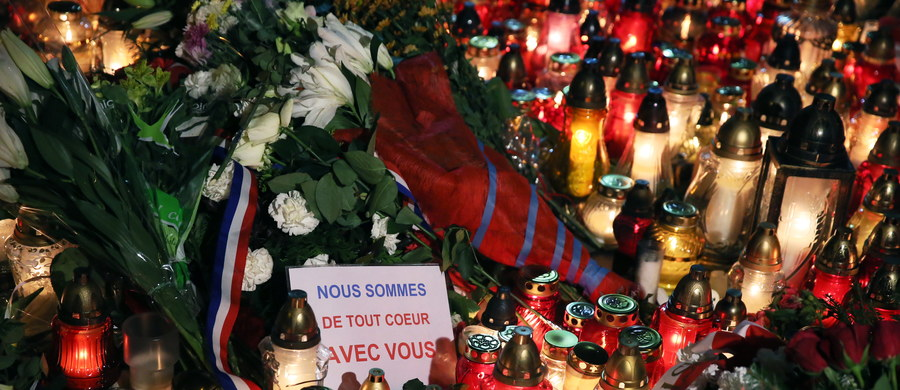 """Mimo deszczowej pogody Polacy gromadzą się przed ambasadą Francji w Warszawie. Wyrażają swoją solidarność z dotkniętymi krwawymi zamachami mieszkańcami Paryża zapalając znicze, składając kwiaty i wpisując się do księgi kondolencyjnej. """"Francjo! Polska jest z wami i modli się o siłę Waszego narodu! Niech żyje Polska, niech żyje Europa!"""" – brzmi jeden z wpisów."""