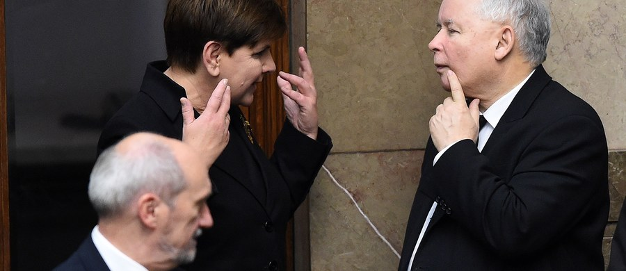 W poniedziałek prezydent Andrzej Duda powoła premier Beatę Szydło oraz pozostałych członków Rady Ministrów. Odbierze też przysięgę od nowo powołanego rządu. Uroczystość powołania i zaprzysiężenia rządu odbędzie się o godz. 12.00 w Pałacu Prezydenckim.