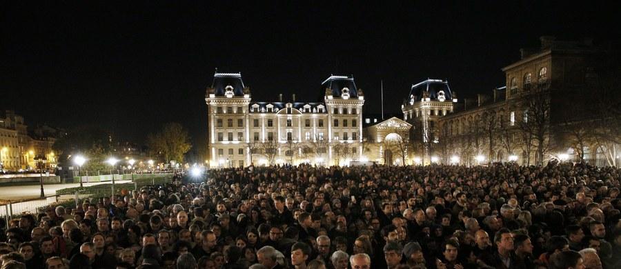 W niedzielę wieczorem w stolicy Francji doszło do co najmniej kilku fałszywych alarmów. Na placu Republiki, gdzie od soboty zbierają się ludzie, żeby upamiętnić ofiary zamachów, policja przeprowadziła ewakuację.