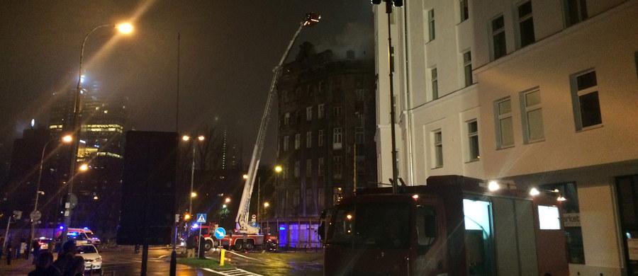 16 zastępów strażackich walczy z pożarem opuszczonej kamienicy na rogu ulic Żelaznej i Złotej w Warszawie. Informację o tym zdarzeniu dostaliśmy na Gorącą Linię RMF FM.